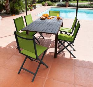 Ensemble table Trieste et 6 chaises pliantes vertes Théma