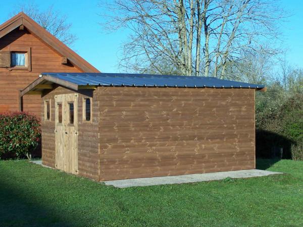 Abri madriers fabriqué en bois massif traité très haute température / 28 mm / surface extérieure : 23,82 m2 / Toit double pente en bac acier galvanisé