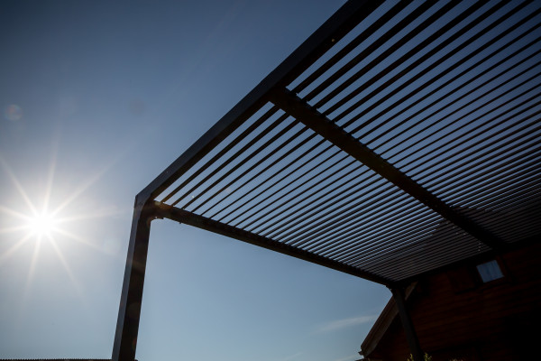 Pergola bioclimatique ALUMINIUM visserie INOX coloris gris antracite / 10,80 m²