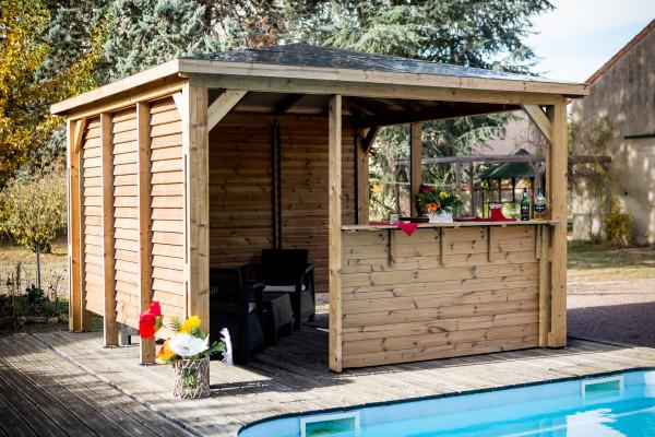 Pool house BLUETERM fabriqué en bois massif traité très haute température / 3,79x3,79 m / Deux parois avec ventelles et 2 parois avec comptoirs
